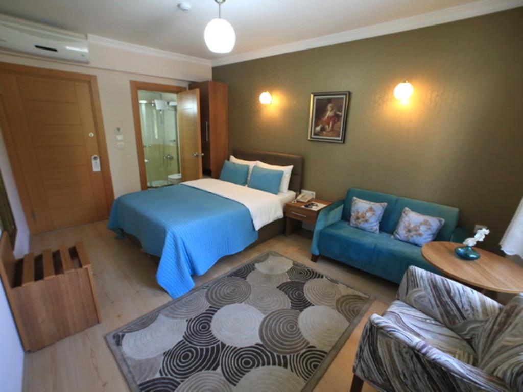 Double yataklı iki kişilik kanepeli standart oda