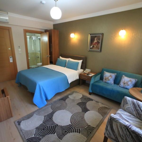Double yataklı iki kişilik kanepeli standart oda.