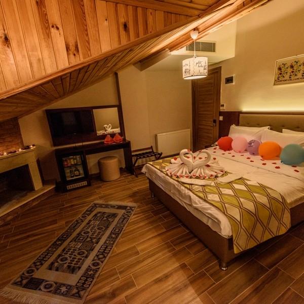 Çatı katı şömineli oda