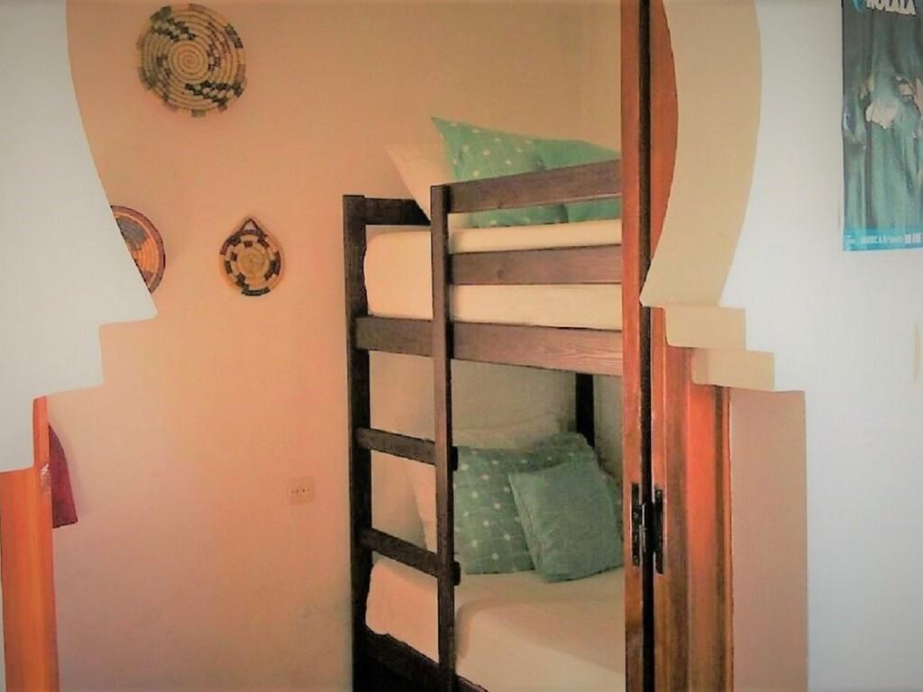 Lit simple dans un dortoirs de 4 lits